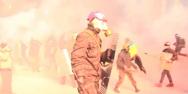 Des manifestants «défoncent» des policiers à Kiev
