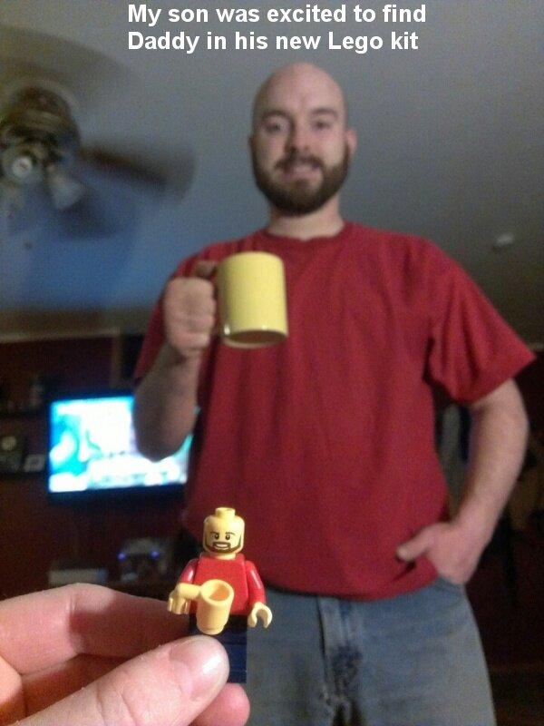 Un enfant a trouvé dans sa boîte de LEGO un bonhomme qui ressemble à son papa.
