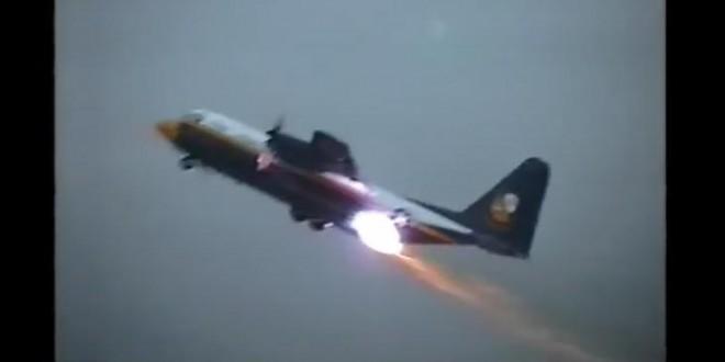 Un avion cargo C-130 fait un décollage assisté par réaction