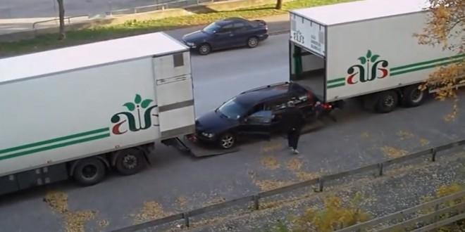 Charger une voiture dans la remorque d'un camion
