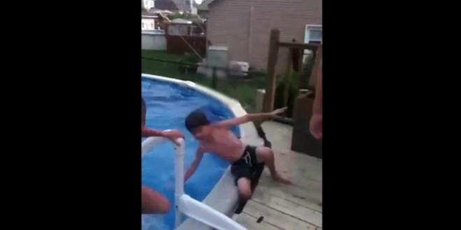 Il se casse la jambe dans une piscine