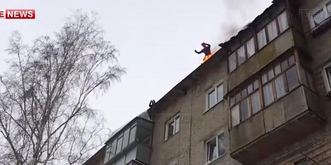 Un Russe en feu se jette du toit de son immeuble