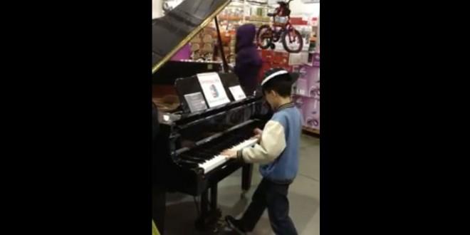 Un jeune pianiste dans un magasin