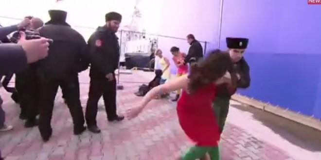Des Pussy Riot malmenées par des policiers russes à Sotchi