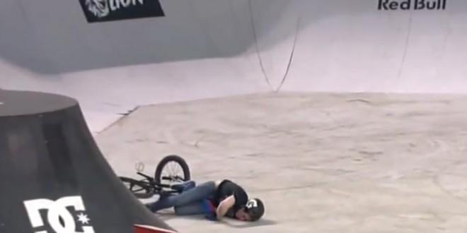 Un rider en BMX tombe sur la tête et s'assomme