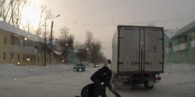 Un chauffeur de camion se bat avec un pieton