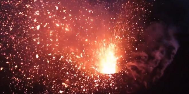 Un drone film un volcan en éruption
