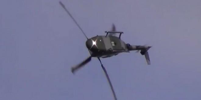 Un hélicoptère fait des backflips