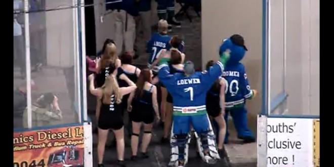 Un gardien de hockey danse avec les cheerleaders