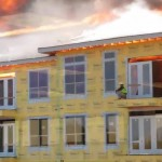 homme-feu-immeuble-sauvetage-pompier