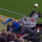 joueur-football-match-percute-explose-cameraman-ko-fail