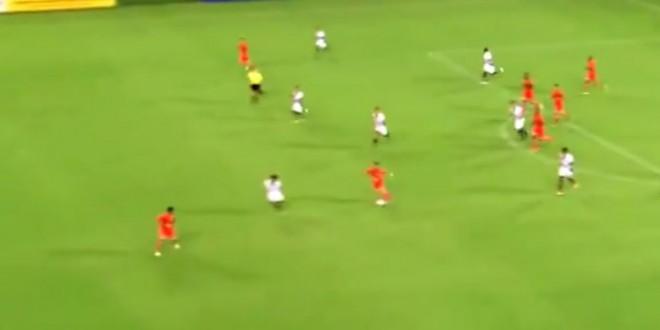 Un joueur de foot traverse le terrain et marque un but