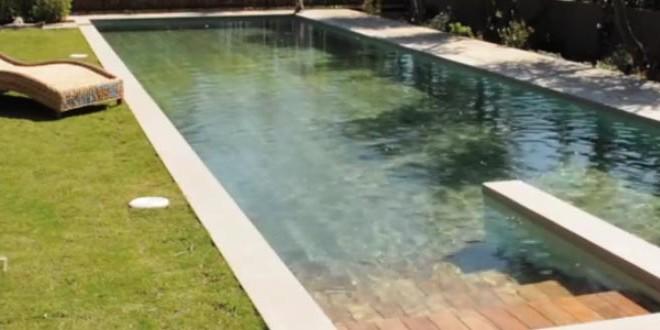 Une piscine avec un sol amovible
