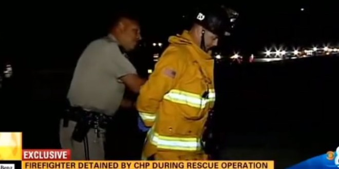 Un pompier menotté en pleine intervention