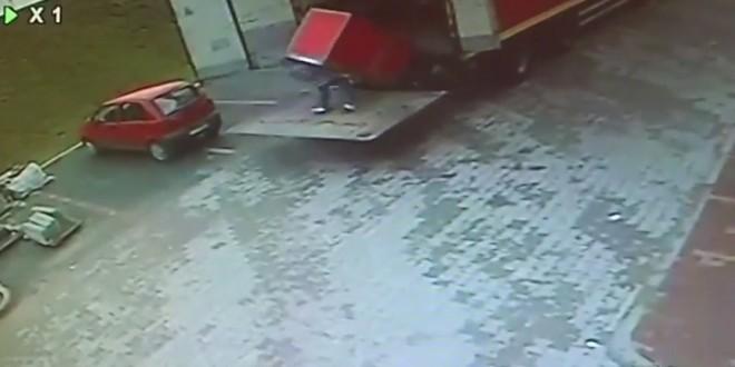 Un homme se fait écraser par un frigo