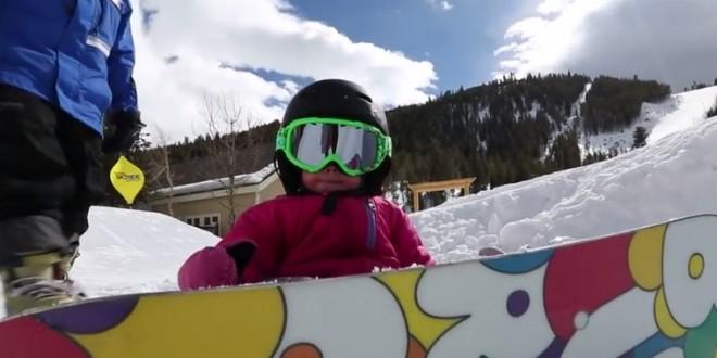 Un très jeune snowboarder