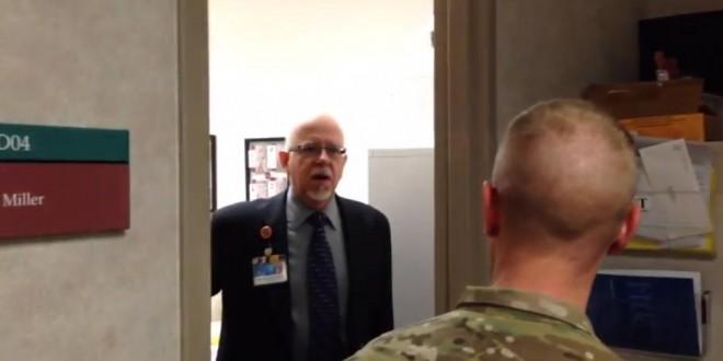 Un soldat fait une surprise à son père