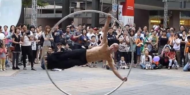 Performance artistique dans la rue avec une roue de cyr