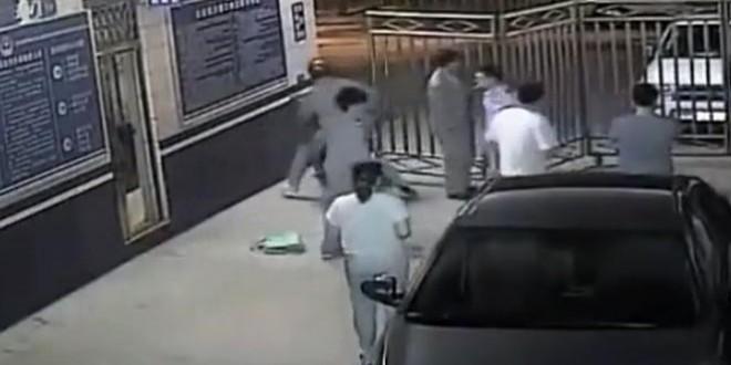 Un homme en moto dépose un voleur au poste de police