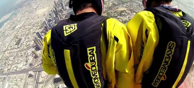 Ils sautent depuis le Burj Khalifa à Dubaï : best jump