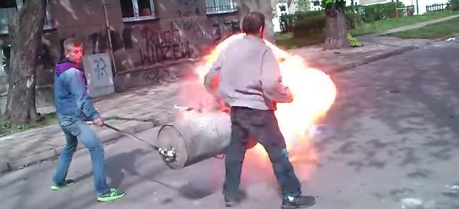 Deux homme font sauter une poubelle