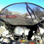 motard-russie-crash-file-de-voiture-omg