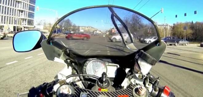 Il se crash en moto en remontant une file de voiture
