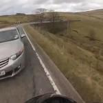 moto-chute-evite-voiture-omg