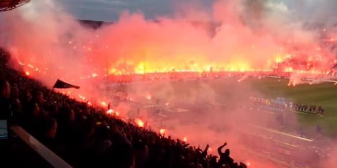 Un stade enflammé avant un match de foot