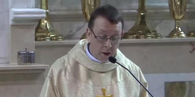 Un prêtre chante Hallelujah pendant un mariage