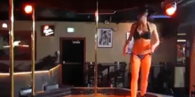 Une strip-teaseuse fait du pole-dance