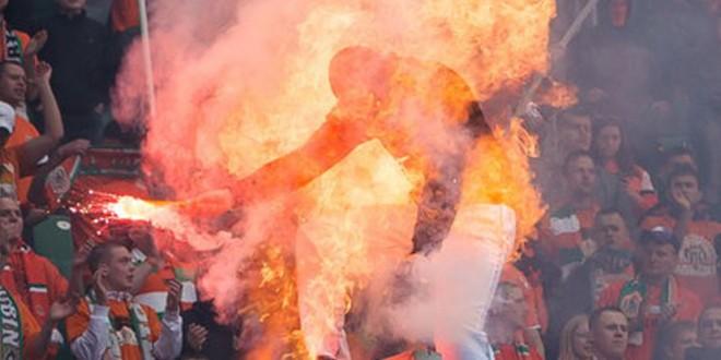 Une supporter s'enflamme après s'être fait gazé