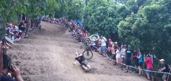 Un spectateur vole un vélo et chute lourdement