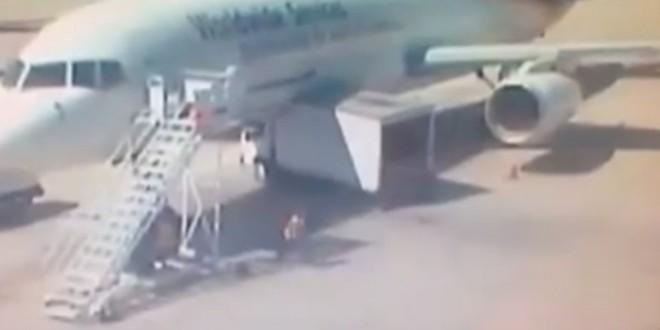 Un camionneur essai de passer sous un avion : fail