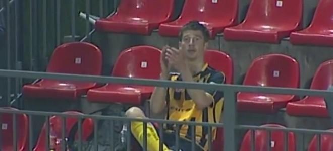 Un footballeur célèbre et applaudit son but