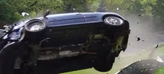 Spéctaculaire crash d'une Golf 5 GTI sur un circuit