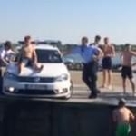 danemark-toboggan-capot-voiture-police