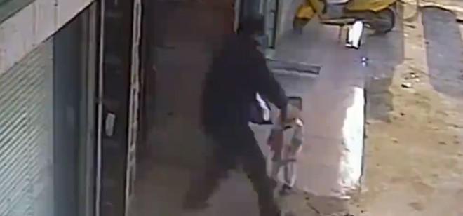 Choc : Un homme balance un bébé