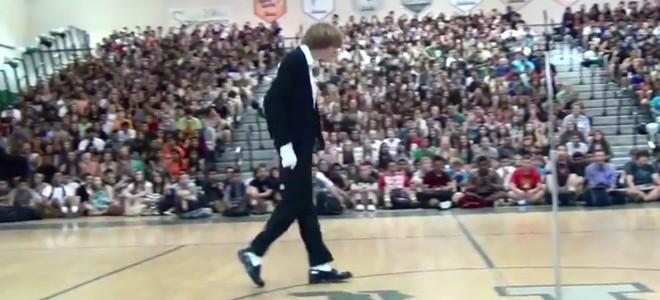 Un lycéen danse sur «Billie Jean» de Michael Jackson