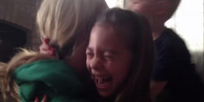 La réaction d'une petite fille en apprenant que sa maman est enceinte