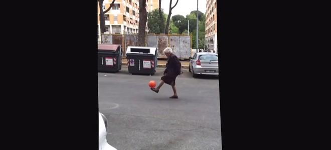 Une mamie fait des jongles dans la rue