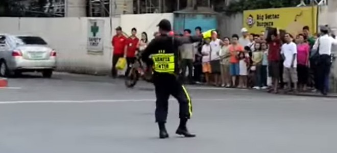 Un policier danse Michael Jackson en faisant la circulation