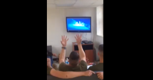 soldat-marine-etats-unis-reine-des-neiges-chante
