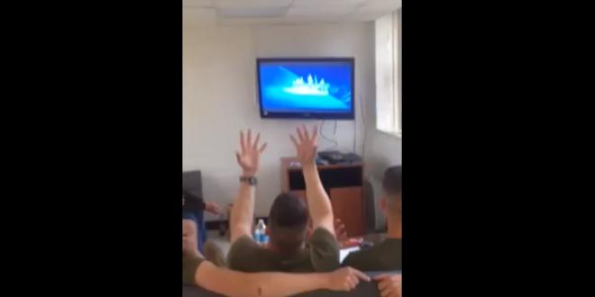 Des Marines américains regardent la Reine des Neiges