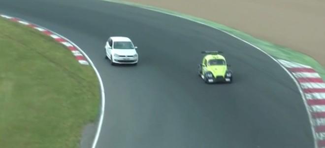 Il s'incruste sur un circuit pendant une course auto