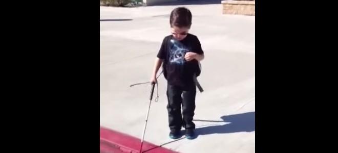 Un enfant aveugle apprend à descendre un trottoir