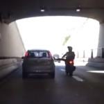 motard-mecontent-coup-pied-voiture-fail