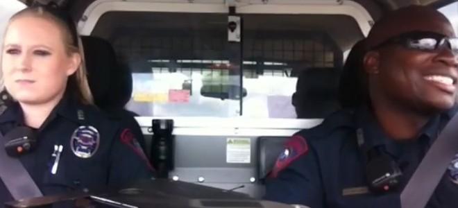 Deux policiers chantent Dark Horse pendant leur patrouille