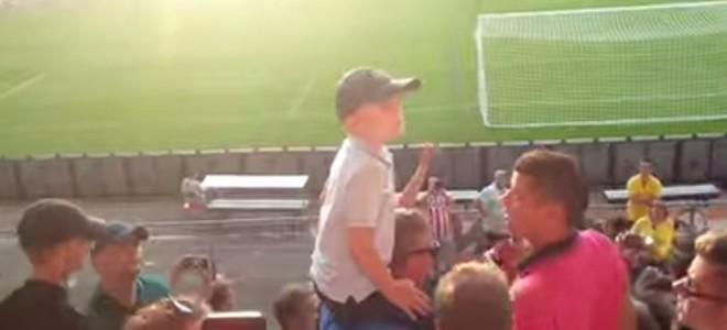 Un enfant fait chanter les supporters du PSV Eindhoven