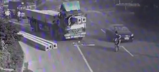 Un camionneur chanceux et les poutres en béton
